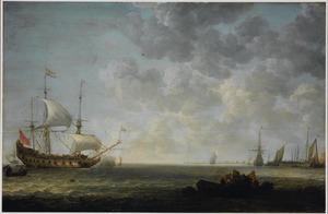 Zeegezicht met een Hollands fregat dat een saluutschot lost, rechts op de voorgrond lossen vissers de vangst