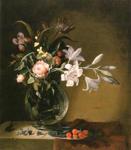Bloemen in een vaas en tinnen bord met kersen met een vliegend hert op een gedekte tafel