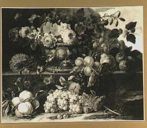 Stilleven van vruchten op een stenen plint en bloemen in een tuinvaas