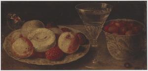 Stilleven met een Wan Li-bord met perziken, een Wan Li-kom met aardbeien en een wijnglas
