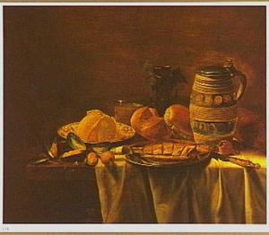 Stilleven van haring op een tinnen bord, brood, uien, mosselen en een stenen kan met deksel op een tafel
