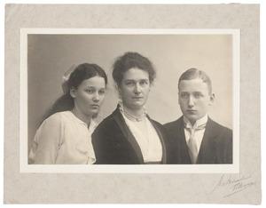 Portret van Anna Agatha Geertruida Gevaerts (1873-1941), Frederik Harman van de Poll (1897-1922) en Wilhelmina Adriana Geertruida van de Poll (1901-1958)