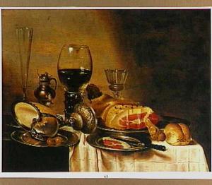 Stilleven met ham, nautilusbeker, glaswerk, een broodjeen een mosterdpot