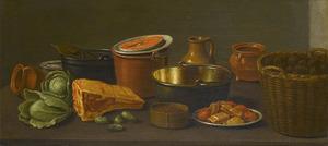 Koperen ketel, aardewerken potten, noten in een rieten mand, groenten en vleeswaar op een tafel