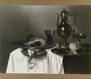 Stilleven met kan, konische roemer, gebraden ham en geschilde citroen op een donker kleed met wit servet
