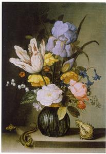 Bloemen in een geribd glazen vaas, met een kikker, hagedis en een schelp