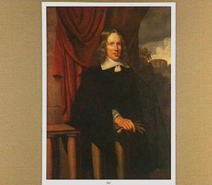 Portret van een 32-jarige man, leunend op een balustrade