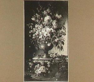 Bloemstilleven in een vaas op een stenen plint