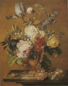 Bloemstilleven in een vaas en een vogelnest op een marmeren blad
