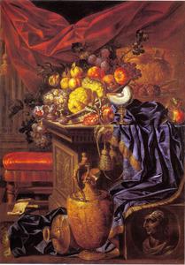 Stilleven met fruit, een nautilus beker, urn en vergulde schenkkan