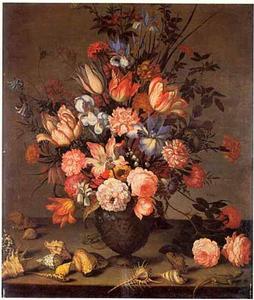 Boeket bloemen in een urn met schelpen en salamanders op een tafel