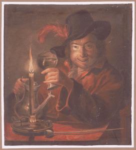 Lachende man met wijnglas, kan en pijp aan tafel, bij kaarslicht