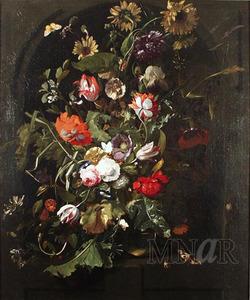 Boeket bloemen in een glazen vaas in een nis