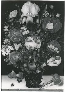 Bloemen in een noppenglas op een stenen plint, met een vlieg, bloemblaadjes en een anjer