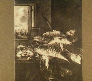 Visstilleven met krabben, schol en kabeljauw; door het venster links uitzicht op visverkopers op het strand