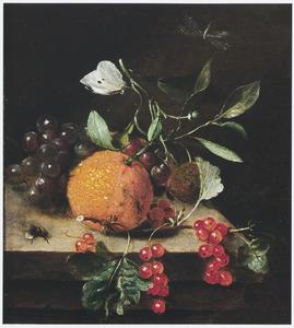 Stilleven van vruchten, waaronder een sinaasappel, op een stenen plint