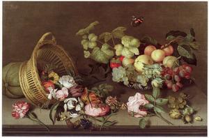 Stilleven met omgevallen mand met bloemen en een porseleinen schaal met vruchten
