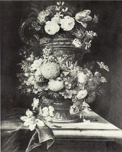 Bloemstilleven in en rondom een metalen vaas met oor op een tafel, links een teruggeschoven tafellaken