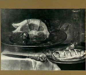 Stilleven van een ham, een bord met vis, een glas en een mosterdpot