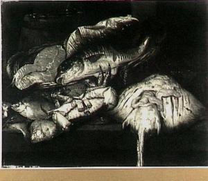 Visstilleven met moot zalm en kabeljauw in mand en daarvoor een rog, krab en schollen op een tafel