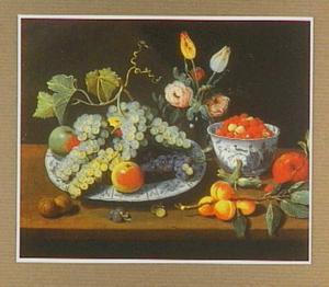 Stilleven van vruchten op een schaal, een kom met aardbeien en een vaas met bloemen op een tafel