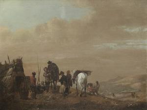 Ruiters rusten uit bij een hut, zee en duinen op de achtergrond