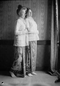 Dubbelportret met twee vrouwen in sarong