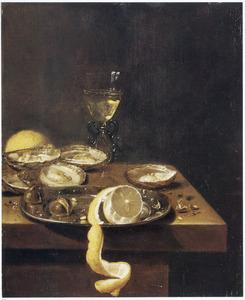 Stilleven van oesters, een citroen, kastanjes en een wijnglas