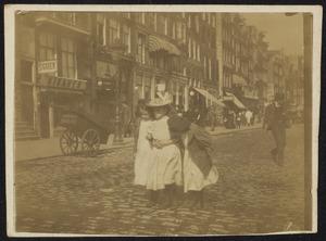 Drie meisjes op het Damrak te Amsterdam