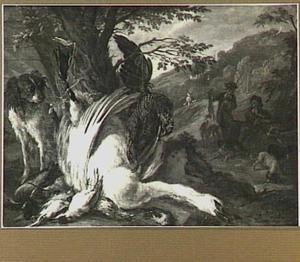 Hond bewaakt jachtbuit van gevogelte; rechts twee jagers