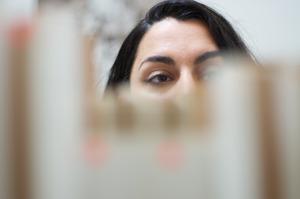 Eylem Aladogan werkend in haar atelier