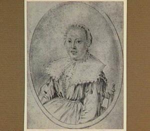 Portret van een zittende jonge vrouw