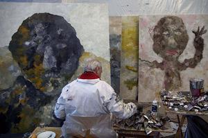Armando aan het werk in zijn atelier