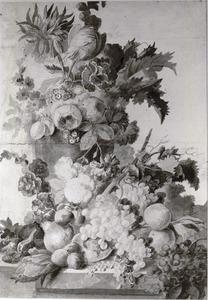 Bloemen in een vaas omgeven door fruit op een marmeren blad