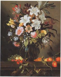 Bloemen in een glazen vaas, met vruchten en zandhagedissen, op een geornamenteerde stenen plint