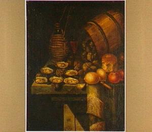 Stilleven met een omgevallen ton oesters en andere schelpdieren, een mandfles, een wijnglas, vruchten en brood op een deels bedekte houten tafel