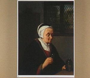 Interieur met een drinkende oude vrouw