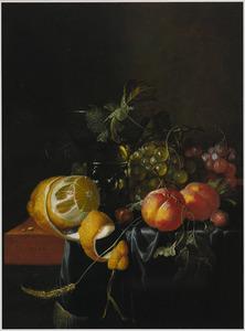 Stilleven met een citroen, perziken, druiven en een glas wijn