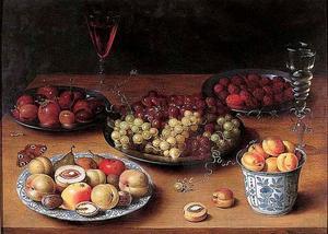 Vruchtenstilleven op een tafel; links een vlinder