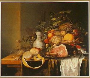 Stilleven met een ham, vruchten en drinkgerei