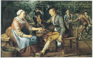 Vrou die een proostende man een haring en een ui aanbiedt, met kegelaars op de achtergrond