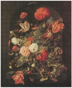 Bloemen en een takje bramen in een glazen vaas, met insecten en slakken, in een nis