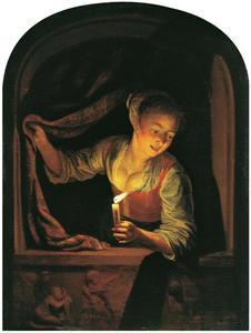 Jonge vrouw met kaars in een venster