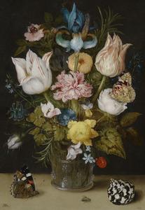 Bloemen in een glazen beker, met daarvoor een schelp en vlinder