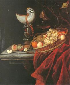 Stilleven met nautilusbeker  en mand met vruchten op een tafel