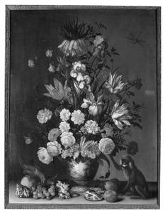 Boeket bloemen in een Wan Li-vaasje met een verguld zilveren voet op een stenen plint met een aapje en een papegaai