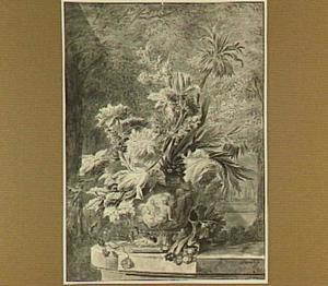 Bloemstilleven in vaas met putti, op een stenen plint