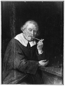 Oude rokende man aan een tafel