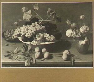 Stilleven met druiven in een porseleinen schaal, tak met perziken en een vaasje met bloemen