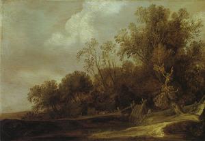 Landschap met hooiwagen op een weg langs een bosrand